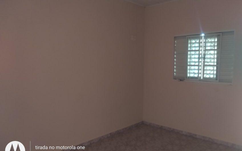 Casa com 2 quartos, não tem garagem. quintal e porão.