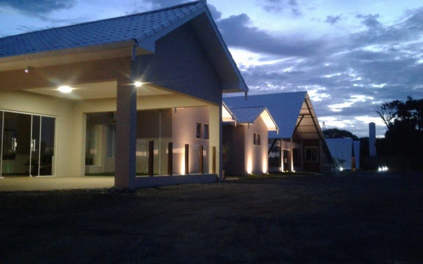 Excelente Hotel frente para rodovia, piscinas, chalés